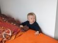 Zaseknutý za postelí.