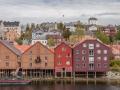 Typické norské domky. V pozadí pevnost Kristiansten Festning.