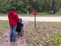 Marta poctivě dodržuje místní pravidla silničního provozu.