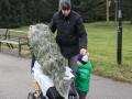 Adam musel pěšky protože kočárek posloužil jako vozík pro stromek.