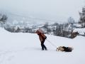 Jediná cesta k chatě byla zasypaná sněhem. Saně se osvědčily jako dokonalý prostředek pro tahání nákladu.