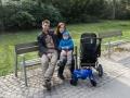 """Celá rodina na prvním """"výletě"""" v parku."""