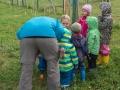 Všechny děti poslouchají. Akorát to přerostlé dítě vlevo je nějaké divné.