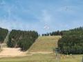 Nad chatou měli dopadovou plochu paraglidy.