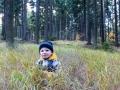 Adámek se schovává v trávě.
