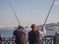 Rybáři na mostě.