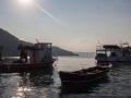 Rybářské lodě u přístavu.