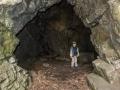V jeskyni ti horolezci údajně přespávají.