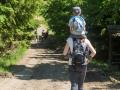 Každý správný turista má baťůžek. Adámek nese jeden a maminka tři. :)