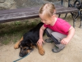 Zuzka se mezi tím zamilovala do štěněte.